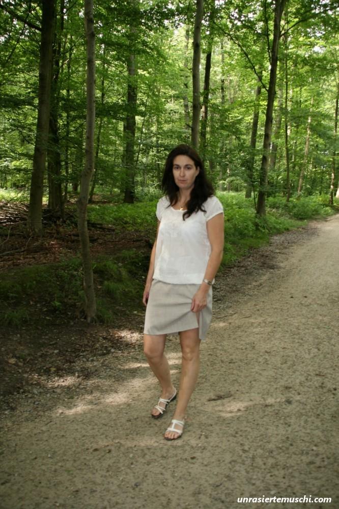 Spaziergang ohne Höschen - Bilder von unrasierten Muschis